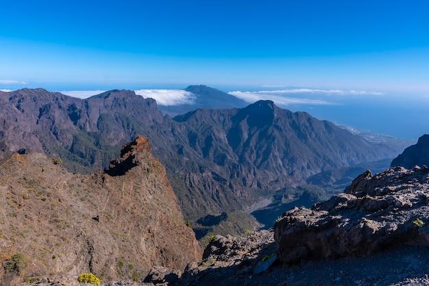 Vues depuis le sentier jusqu'au sommet de la roque de los muchachos au sommet de la caldera de taburiente, la palma, îles canaries. espagne