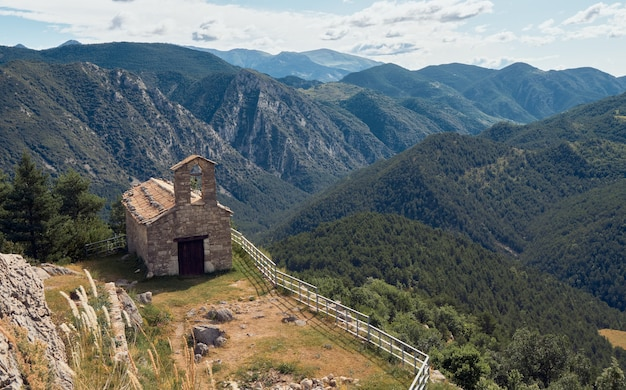 Vues depuis le sommet de la montagne. ermitage au sommet d'une montagne.