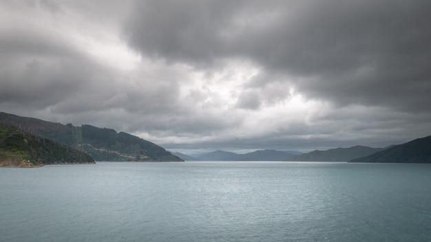 Vues sur le détroit de l'océan par temps couvert