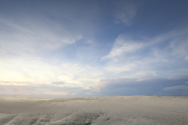 Vues de dune de sable avec un fond de ciel bleu