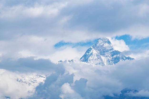 Une des vues massives de l'himalaya à travers le nuage