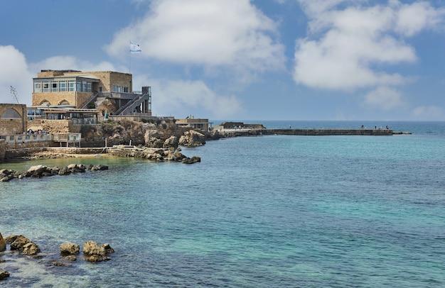 Vues sur la mer méditerranée et le centre d'accueil du parc national de caesarea seaside.
