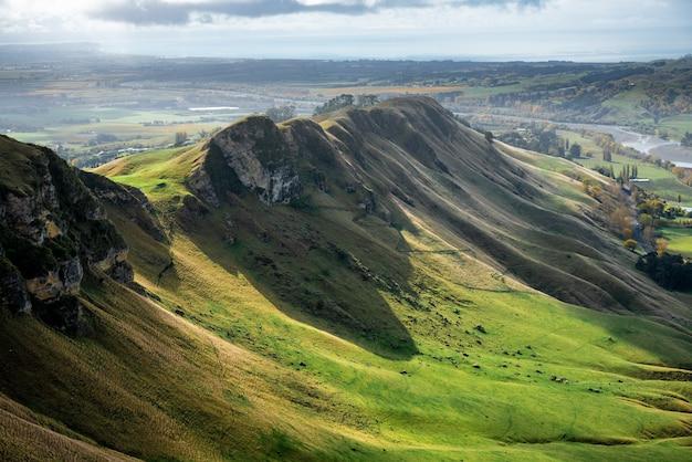 Vues panoramiques sur les collines et les vallées jusqu'à la côte de l'océan depuis le sommet de la crête du pic te mata