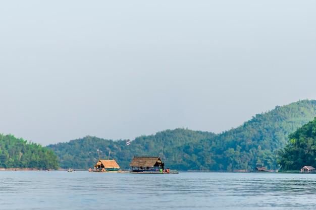 Vues sur les rivières et les montagnes, et les radeaux flottants.