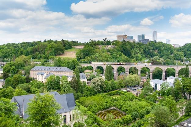 Vues urbaines de la ville de luxembourg sous le ciel bleu