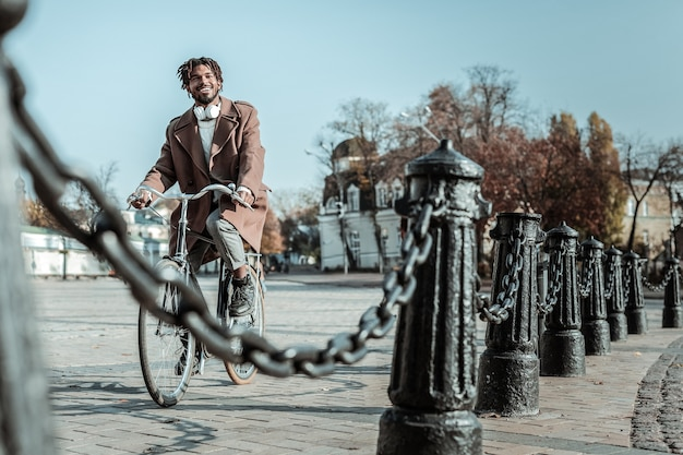 Vues sur la ville. heureux homme exprimant la positivité tout en profitant de l'atmosphère de la ville