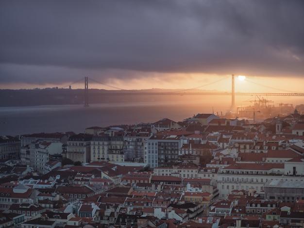 Vues de la ville de lisbonne au coucher du soleil