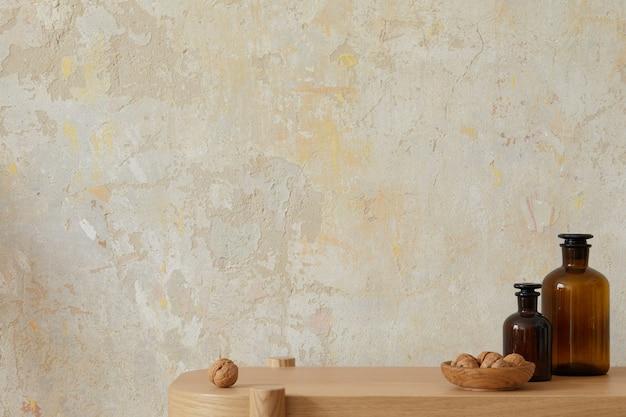 Wabi sabi intérieur du salon avec console en bois, bouteilles brunes, noix et espace de copie. concept minimaliste..