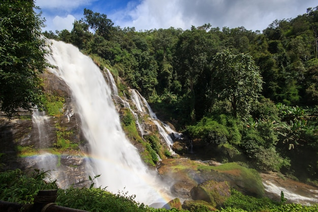 Wachiratarn water fall dans le parc national de doi inthanon, chiang mai, thaïlande