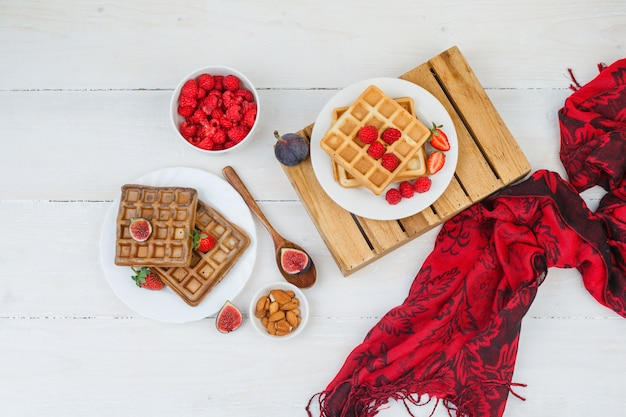 Waffless avec des baies et un foulard rouge