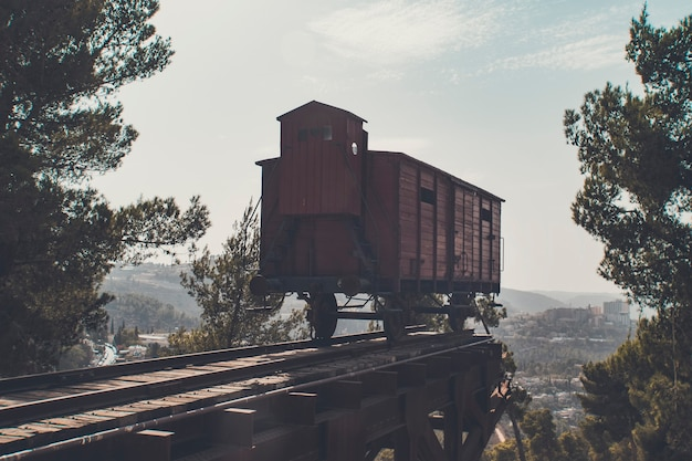 Un wagon de la mort ferroviaire dans lequel les prisonniers ont été transportés dans des camps de concentration en allemagne pendant la seconde guerre mondiale. photo rétro tonique.