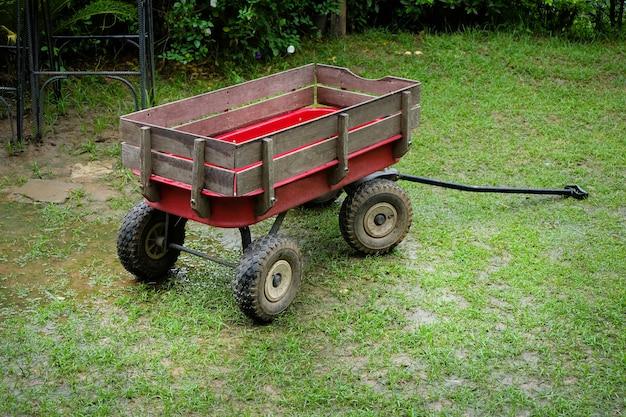 Wagon rouge de petite taille sur une pelouse verte
