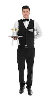 Waiter holding tray avec verres de vin sur blanc