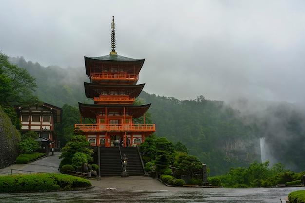 Wakayama, japon - 8 mai 2018 : la pagode sanjudo à trois étages du temple seiganto-ji avec nachi tombe sous la pluie, classée au patrimoine mondial de l'unesco dans la préfecture de wakayama