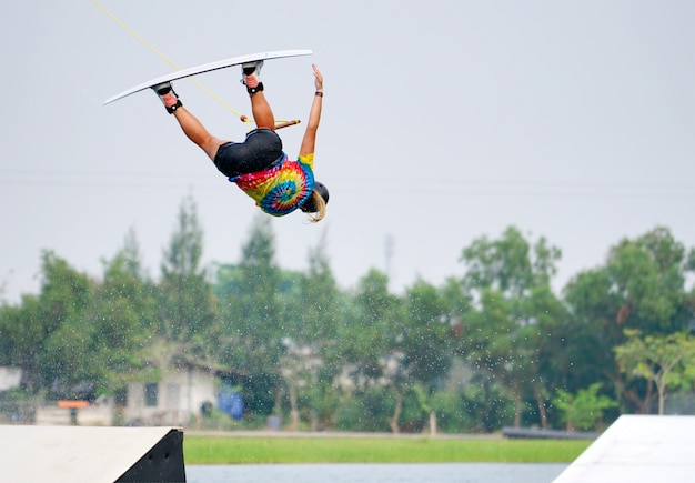 Wake boarding cavalier sautant