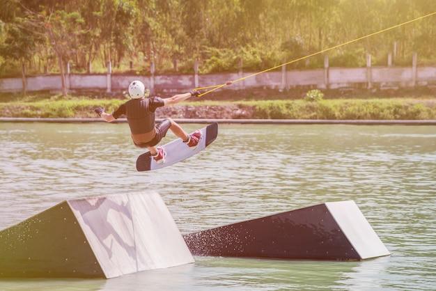 Wakeboard au parc de wake. sports de plein air et extrêmes.