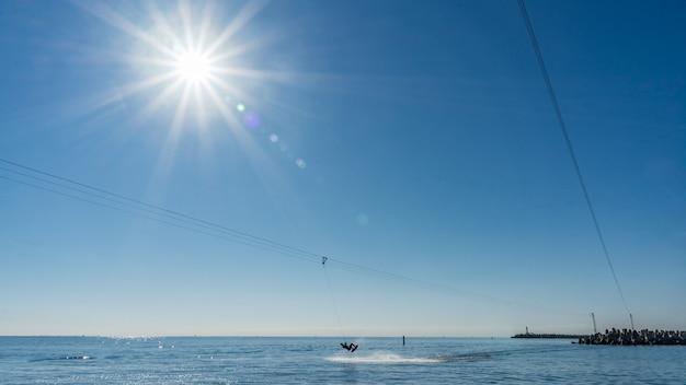 Wakeboard près du port de sotchi. soleil sur fond. russie.
