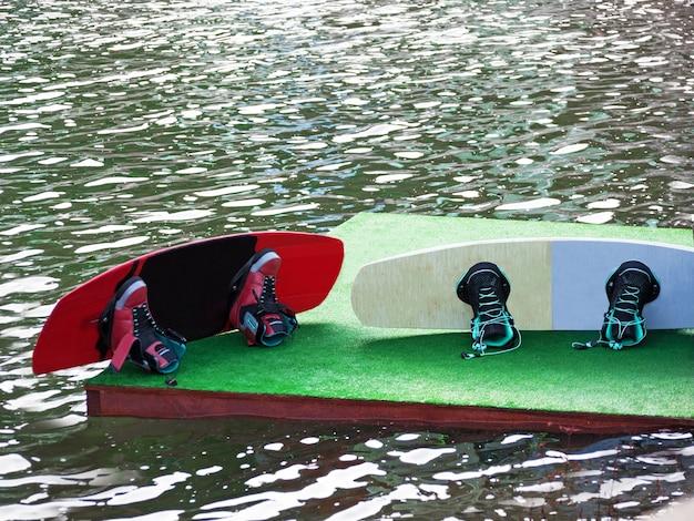 Wakeboards avec des bottes au fond de l'eau dans le wakepark