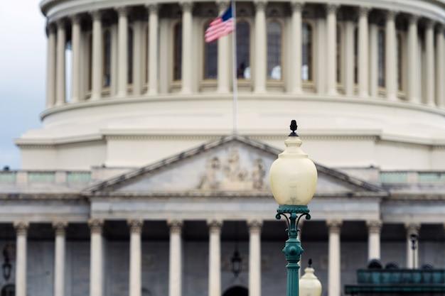 Washington dc capitol détail avec drapeau américain