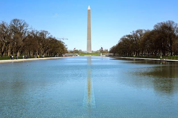 Washington monument dans le nouveau bassin de réflexion