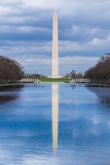 Washington monument avec piscine de réflexion sur une journée de ciel bleu nuageux, washington dc, états-unis