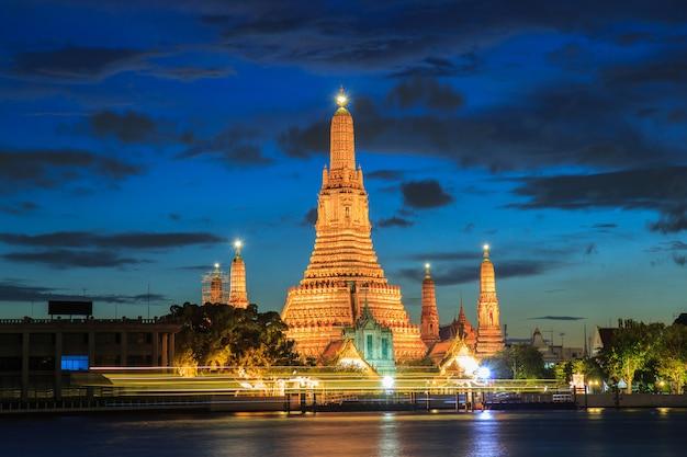 Wat arun, lieux de culte bouddhistes au crépuscule, bangkok, thaïlande