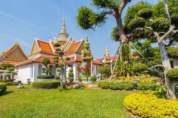 Wat arun, lieux de culte bouddhistes au jour du soleil, bangkok, thaïlande