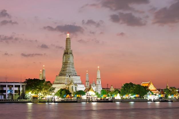 Wat arun ratchawararam ratchawaramahawihan temple de l'aube au coucher du soleil