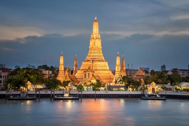 Wat arun temple au coucher du soleil à bangkok en thaïlande pour voyage de vue