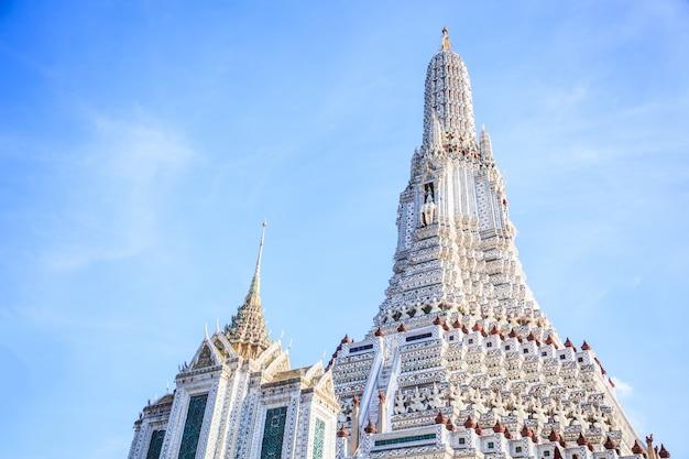Wat arun (le temple de l'aube) à bangkok est un temple bouddhiste