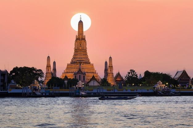 Wat arun, temple de l'aube et la rivière chao phraya, bangkok, thaïlande