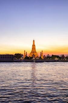 Wat arun (temple de l'aube) et la rivière chao phraya