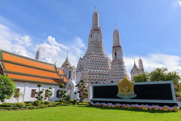 Wat arun le temple bouddhiste de l'aube à bangkok, thaïlande