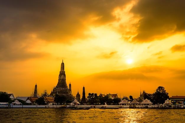 Wat arun tiré de l'autre côté de la rivière chaopraya