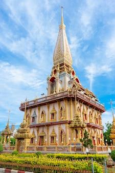 Wat cha long temple bouddhiste dans la ville de phuket en thaïlande.