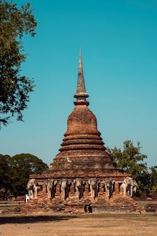 Wat chang lom dans les temples historiques de sukhothai, l'ancienne ville au patrimoine bouddhiste du nord-est de la thaïlande. sculptures d'éléphants autour du stupa.