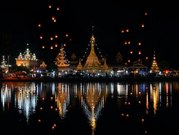 Wat chong kham et chong klang une attraction touristique populaire. le temple est situé dans le centre de mae hong son en thaïlande.