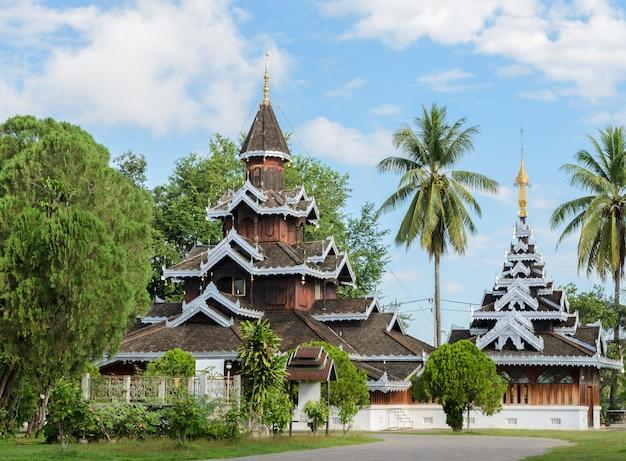Wat hua wiang, temple en bois birman à mae hong son, thaïlande