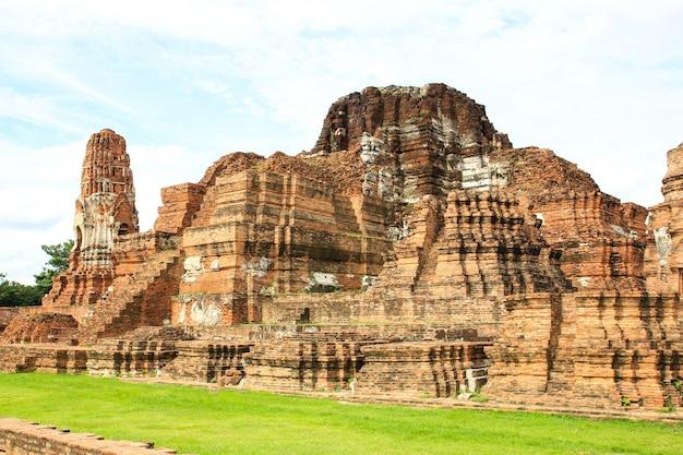 Wat mahathat dans le parc historique d'ayutthaya, thaïlande.