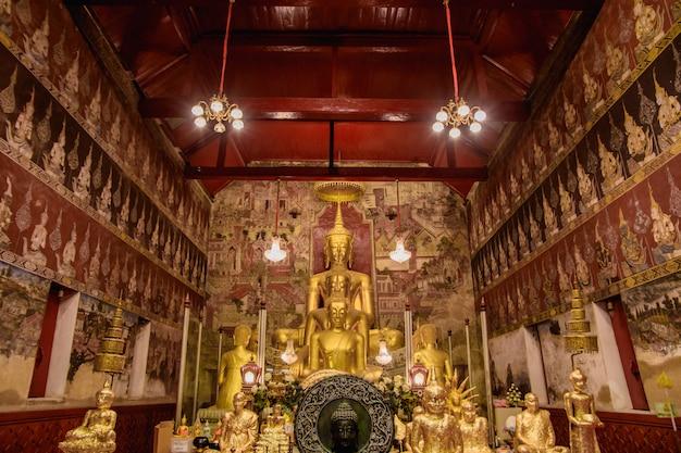 Wat mahathat woravihara petchburi est l'ancien temple de thaïlande.