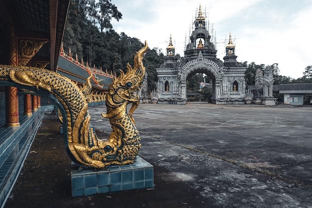 Wat phra buddhabat si roi, temple d'or à chiang mai, thaïlande