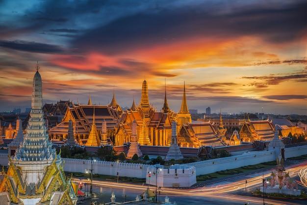 Wat phra kaew avec fond coucher de soleil dans la ville de bangkok en thaïlande