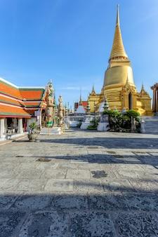 Wat phra kaew et grand palace en journée ensoleillée, bangkok, thaïlande