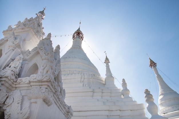 Wat phra que doi kong mu. temple de mae hong son au nord de la thaïlande.