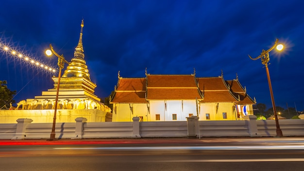 Wat phra that chang kham, temple bouddhiste avec ciel bleu crépuscule nocturne, dans la province de nan, au nord de la thaïlande.