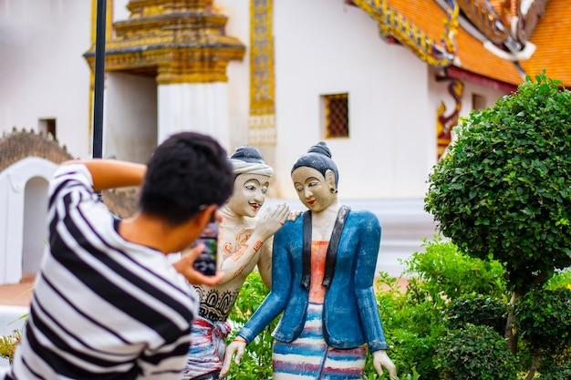 Wat phumin nan la célèbre peinture murale d'un homme chuchotant
