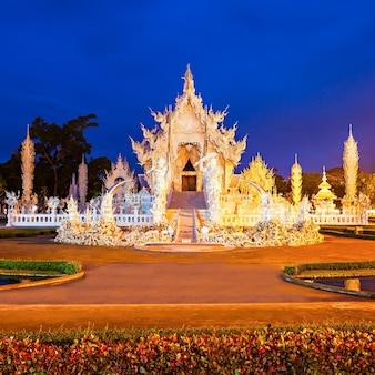 Wat rong khun (temple blanc) au coucher du soleil, chiang rai, thaïlande