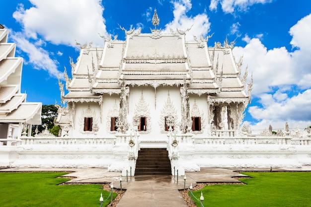 Wat rong khun (temple blanc) est une exposition d'art contemporain dans le style d'un temple bouddhiste à chiang rai, thaïlande