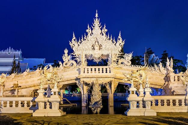 Wat rong khun (temple blanc) la nuit, chiang rai, thaïlande