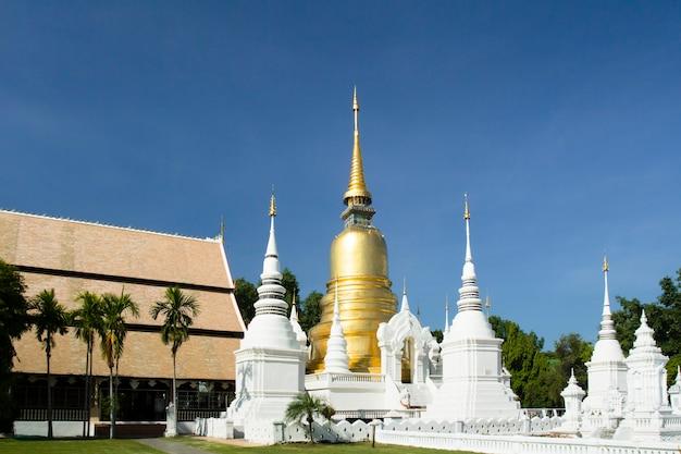 Wat saundok, célèbre temple de chiang mai en thaïlande. après le changement de paysage du temple en 2014